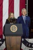 7-ОЕ НОЯБРЯ 2016, ЗАЛА НЕЗАВИСИМОСТИ, PHIL , PA - ФИЛАДЕЛЬФИЯ, PA - 7-ОЕ НОЯБРЯ: Президент Билл Клинтон и Челси Клинтон Mezvin Стоковое Изображение