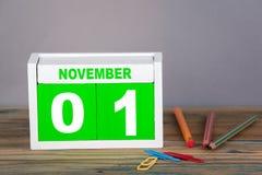 1-ое ноября календарь конца-вверх деревянный Планирование времени и предпосылка дела Стоковое Фото