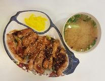 11-ое ноября 2016 Куала-Лумпур Цыпленок Terriyaki на линии шведского стола для обедающего Стоковое фото RF