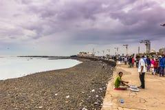 15-ое ноября 2014: Люди побережьем Мумбая, Индией Стоковые Изображения