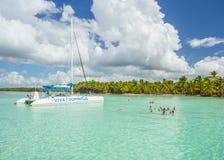 5-ое ноября 2015, ` Viva Dominicus ` шлюпки катамарана с группой в составе туристы в карибское море около острова Saona, Punta Ca стоковые изображения rf