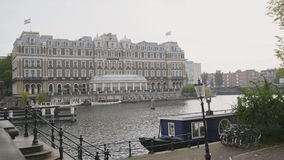 18-ое октября 2016, АМСТЕРДАМ, НИДЕРЛАНДЫ - известная гостиница Amstel на канале Стоковое фото RF