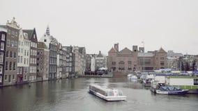 16-ое октября 2016, Амстердам, Нидерланды, шлюпка путешествия плавает в канале, Голландии сток-видео