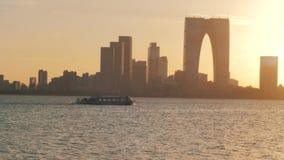 22-ое октября 2018 Город Сучжоу, Китай Взгляд замедленного движения ветрил прогулочного катера на озере на заходе солнца, городск сток-видео