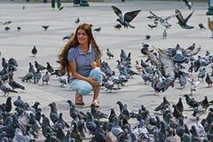 5-ОЕ ОКТЯБРЯ 2018, девушка АФИНА, ГРЕЦИИ смотрит голубей стоковые изображения