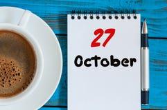 27-ое октября День 27 месяца, calendar около кофейной чашки на предпосылке рабочего места профессора коллежа Время осени пусто стоковая фотография