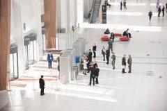 17-ое октября 2018 Казань, Россия - группа людей входя в в центр офиса стоковая фотография rf