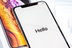 12-ое октября 2018 - Киев, Украина: Самое последнее Iphone XS на раскрытой коробке на белой таблице Самый новый smartphone Яблока стоковые изображения