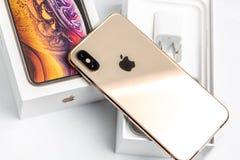 12-ое октября 2018 - Киев, Украина: Самое последнее Iphone XS на раскрытой коробке на белой таблице Самый новый smartphone Яблока стоковые фотографии rf