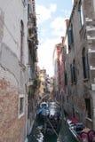 16-ое октября 2015: Узкий и занятый канал в Венеции, Италии Стоковое Изображение
