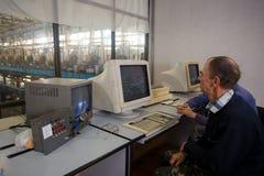 10-ое октября 2014 r kiev Индустрия и люди вопроса на работе Кавказцы в диспетчерском пункте фабрики близко контролируют стоковое фото rf