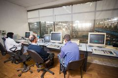 10-ое октября 2014 r kiev Индустрия и люди вопроса на работе Кавказцы в диспетчерском пункте фабрики близко контролируют стоковые изображения rf