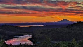 1-ое сентября 2016, вулкан редута Mt на озере Skilak, эффектном заходе солнца с потухшим вулканом в взгляде, Аляской, алеутским M Стоковая Фотография RF