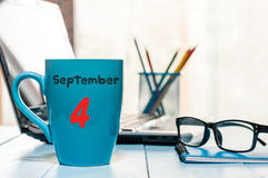 4-ое сентября День 4 месяца, календарь на чашке с дой или кофе, предпосылка рабочего места студента Время осени Стоковая Фотография