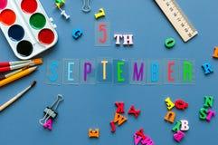 5-ое сентября День 5 месяца, назад к концепции школы Календарь на предпосылке рабочего места учителя или студента с школой Стоковое фото RF