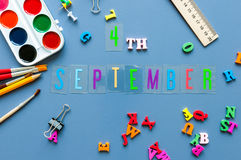 4-ое сентября День 4 месяца, назад к концепции школы Календарь на предпосылке рабочего места учителя или студента с школой Стоковые Изображения