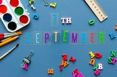 7-ое сентября День 7 месяца, назад к концепции школы Календарь на предпосылке рабочего места учителя или студента с школой Стоковые Изображения