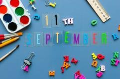 11-ое сентября День 11 месяца, назад к концепции школы Календарь на предпосылке рабочего места учителя или студента с школой Стоковое Изображение RF