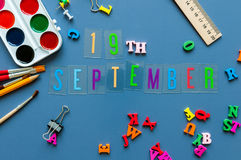 19-ое сентября День 19 месяца, назад к концепции школы Календарь на предпосылке рабочего места учителя или студента с школой Стоковая Фотография