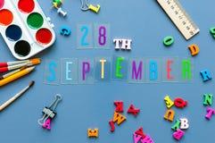 28-ое сентября День 28 месяца, назад к концепции школы Календарь на предпосылке рабочего места учителя или студента с школой Стоковое Изображение