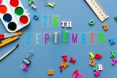 26-ое сентября День 26 месяца, назад к концепции школы Календарь на предпосылке рабочего места учителя или студента с школой Стоковые Изображения RF