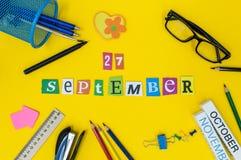 27-ое сентября День 27 месяца, назад к концепции школы Календарь на предпосылке рабочего места учителя или студента с школой Стоковое Изображение