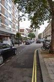 19-ое сентября 2014, Лондон, Великобритания, взгляд улицы с домами w стоковое изображение rf