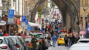 12-ое сентября 2017 - Прага, чехия: Серия знаков автостоянки, и автомобили в парковке, толпе людей видеоматериал