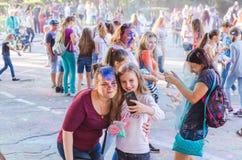 2-ое сентября 2017, Украина, белая церковь Девушки делают selfie во время фестиваля Holi Стоковое фото RF
