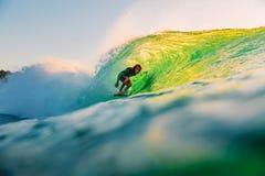 8-ое сентября 2018 bali Индонесия Езда серфера на волне бочонка на заходе солнца Профессиональный серфинг в океане, пляже Bingin стоковое изображение