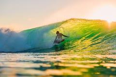 8-ое сентября 2018 bali Индонесия Езда серфера на волне бочонка на заходе солнца Профессиональный серфинг в океане, пляже Bingin стоковое изображение rf