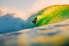 8-ое сентября 2018 bali Индонесия Езда серфера на волне бочонка на заходе солнца Профессиональный серфинг в океане, пляже Bingin стоковые изображения rf