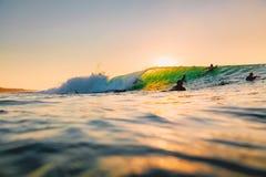 8-ое сентября 2018 bali Индонесия Езда серфера на волне бочонка на заходе солнца Профессиональный серфинг в океане, пляже Bingin стоковые фотографии rf