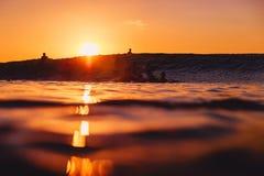 8-ое сентября 2018 bali Индонесия Серферы и волна бочонка на заходе солнца Профессиональный серфинг в океане, пляже Bingin стоковое фото