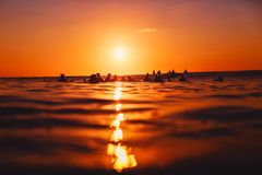 8-ое сентября 2018 bali Индонесия Серферы на компановке на заходе солнца Профессиональный серфинг в океане, пляже Bingin стоковая фотография