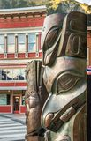 14-ое сентября 2018 - Juneau, AK: Бронзовые скульптуры празднуя родное наследие стоковая фотография