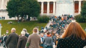 17-ое сентября 2017 - Oktoberfest, Мюнхен, Германия: толпа людей идя и имеет фестиваль пива потехи по всему миру видеоматериал