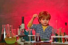 1-ое сентября r Планы урока - химия средней школы Счастливый усмехаясь чертеж зрачка на столе e стоковые изображения
