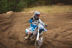 24-ое сентября 2016 - Volgsk, Россия, гонки креста moto MX - мотоцикл приходит к повороту и бросать брызг грязи Стоковое фото RF