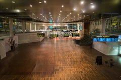 18-ое февраля 2019 Аэропорт Kastrup в Дании, Копенгагене Переход и архитектура темы Выравнивающ дезертированное пустое ночи пусто стоковое фото rf