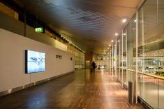 18-ое февраля 2019 Аэропорт Kastrup в Дании, Копенгагене Переход и архитектура темы Выравнивающ дезертированное пустое ночи пусто стоковые изображения