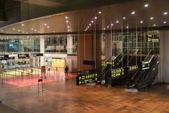 18-ое февраля 2019 Аэропорт Kastrup в Дании, Копенгагене Переход и архитектура темы Выравнивающ дезертированное пустое ночи пусто стоковые фото