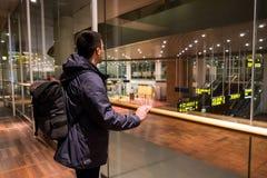 18-ое февраля 2019 Аэропорт Kastrup в Дании, Копенгагене Переход и архитектура темы Выравнивающ дезертированное пустое ночи пусто стоковая фотография