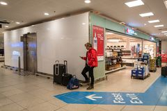 18-ое февраля 2019 Аэропорт Kastrup в Дании, Копенгагене Переход и архитектура темы Выравнивающ дезертированное пустое ночи пусто стоковое изображение rf