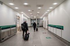 18-ое февраля 2019 Аэропорт Kastrup в Дании, Копенгагене Переход и архитектура темы Выравнивающ дезертированное пустое ночи пусто стоковые фотографии rf