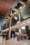 18-ое февраля 2019 Аэропорт Kastrup в Дании, Копенгагене Переход и архитектура темы Выравнивающ дезертированное пустое ночи пусто стоковые изображения rf
