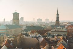 18-ое февраля 2019 Дания Копенгаген Панорамный взгляд сверху центра города от высокой точки Круглая башня Rundetaarn стоковые фотографии rf