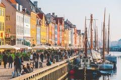 18-ое февраля 2019 Дания Копенгаген Центральная улица ориентир, обваловка гавани Nyuhavn Novaya реки внутри стоковое фото rf