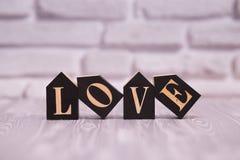 14-ое февраля День 14 месяца на деревянном календаре с цветком игрушки на белой предпосылке кирпича valentines дня счастливые чел стоковые фото