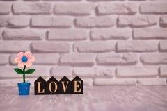 14-ое февраля День 14 месяца на деревянном календаре с цветком игрушки на белой предпосылке кирпича valentines дня счастливые чел стоковое изображение rf